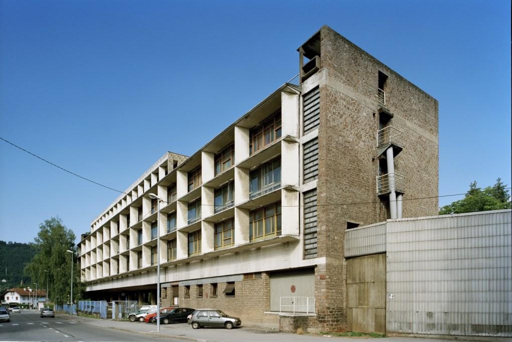 La fábrica de textiles Usine Claude et Duval en Saint Dié des Vosges, Francia fue reconstruida entre 1946 y 1951 luego de la Segunda Guerra Mundial para darle mejores condiciones de trabajo a los trabajadores, incluyendo un mejor ambiente estético sin salirse de presupuesto. Le Corbusier usa sus Cinco Puntos de Arquitectura en este proyecto.