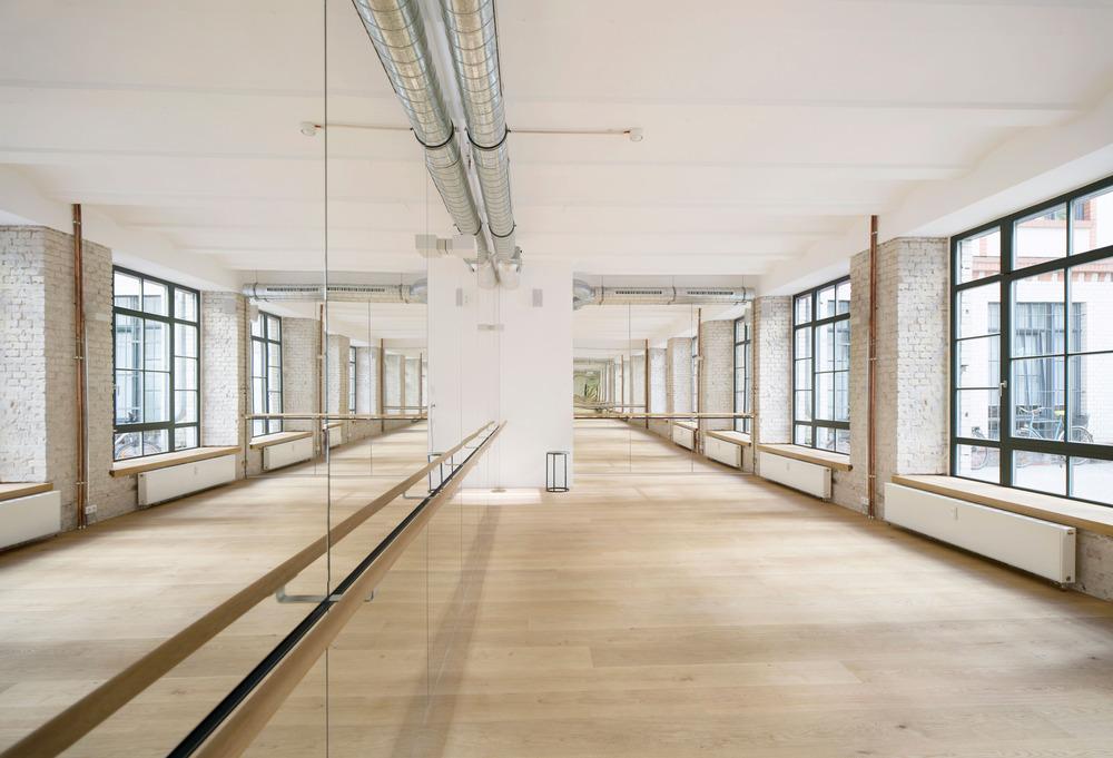 Yoga Room - un salón iluminado y minimalista. Foto: Sven Philipp