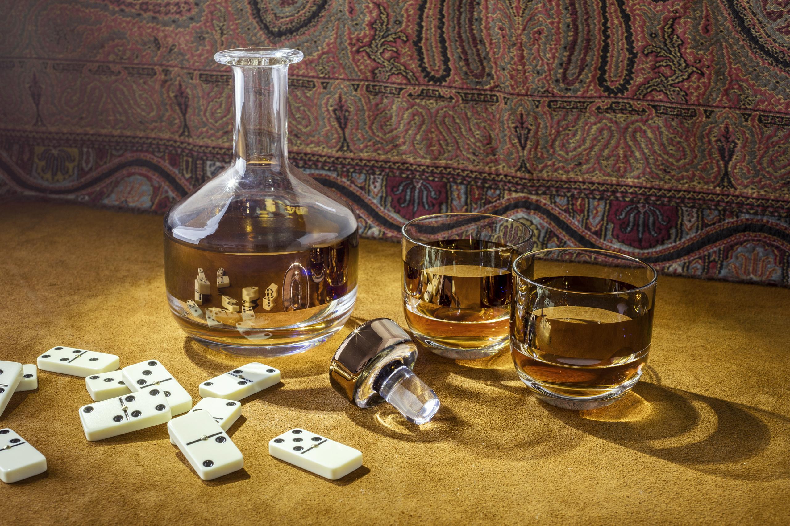 Tank de tom dixon incluye juego de whisky en su colecci n for Copas para whisky