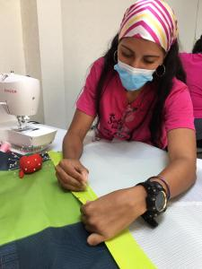 Participantes de Muma confeccionando la colección Aurora