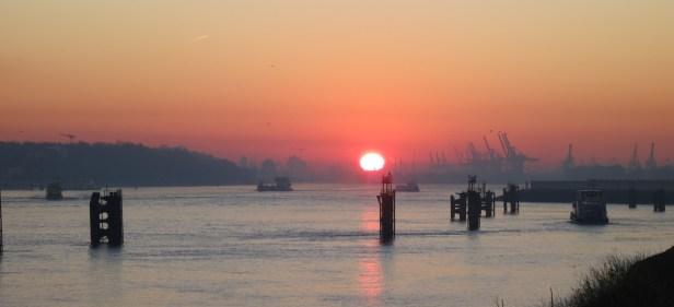 Thomas' Arbeitsweg - Sonnenaufgang über der Elbe
