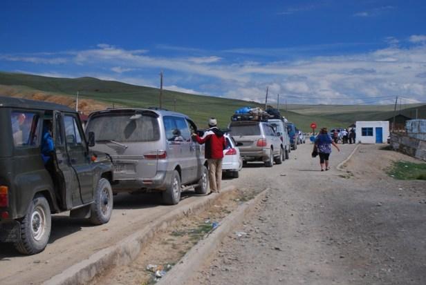 Die erste Schlange an der Grenze Tsagaannuur