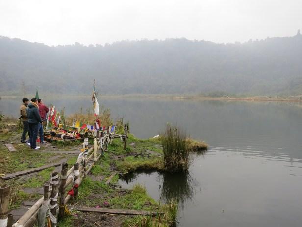 Kecheopalri Lake in grauer Suppe oben wie unten