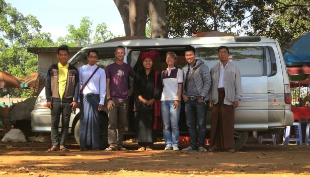 Fünf Begleiter für zwei wichtige Touristen (v.l.n.r.): der Fahrer, Kyaw, Thomas, die niedliche Pa-O, Ich, Ethan, der Offizier