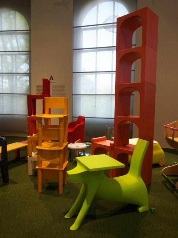 Asiento/escritorio para niños Le Chien Savant de Philippe Stark y la biblioteca modular Eur de Giulio Iacchetti para Magis Mee Too.
