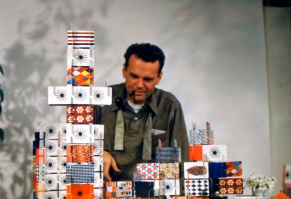 Charles Eames playing with the »House of Cards«, Pattern Deck, 1952 © Eames Office LLC
