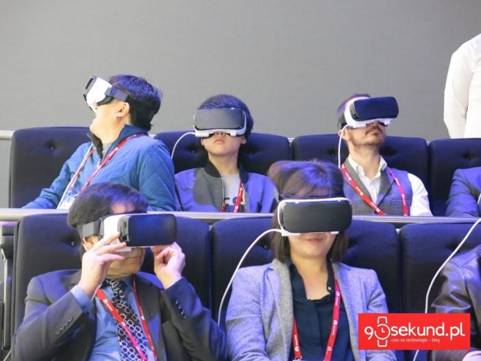 Kolejka do sklepu Samsunga w Barcelonie, gdzie było przygotowane stanowisko do wirtualnej jazdy w headsecie Gear VR na rollercoasterze - 90sekund.pl