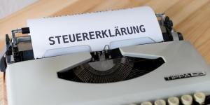 """Papier mit """"Steuererklärung"""" in Schreibmaschine"""