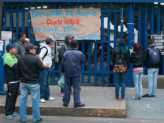 Estudiantes colocaron mantas y pancartas en las puertas de las unidades de la UAM anunciando el paro de actividades en apoyo a los normalistas de Ayotzinapa.