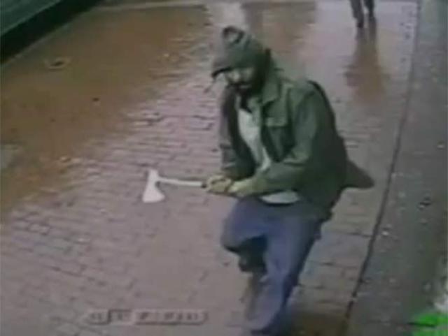 Imágenes captadas por una cámara de seguridad muestran el momento del ataque del hombre armado con un hacha