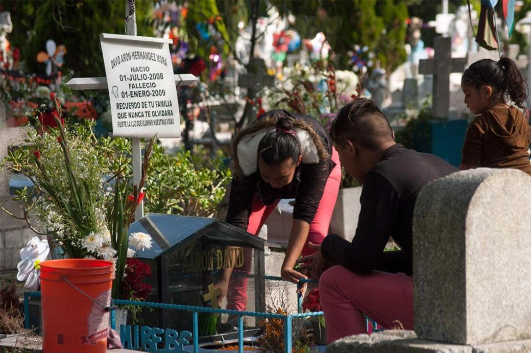 El Panteón San Isidro en Azcapotzalco recibió a centenares de personas en este Día de Muertos.
