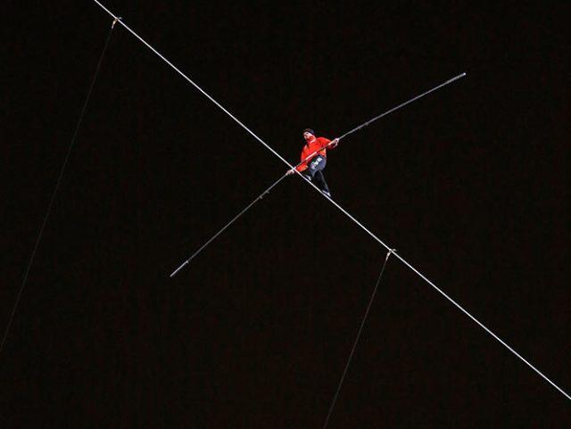 El acróbata Nik Wallenda desafío a la altura y al viento de Chicago y logró un récord Guinness más en su carrera, tras cruzar en la cuerda floja y con los ojos vendados de un rascacielos a otro (Reuters)