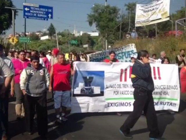 Vecinos de Santa Fe marchan sobre vasco de Quiroga, por lo que la circulación vehícular en la zona se encuentra severamente afectada. Foto @LuisVelazquezC