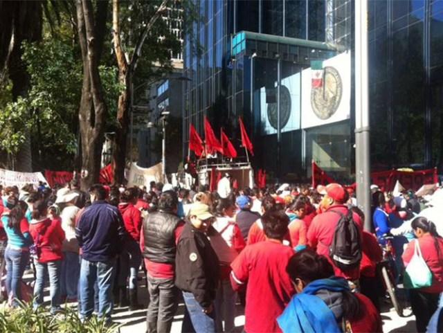Alrededor de 300 manifestantes arribaron a las oficinas de la PGR ubicadas en Paseo de la Reforma. Foto Efrén Argüelles