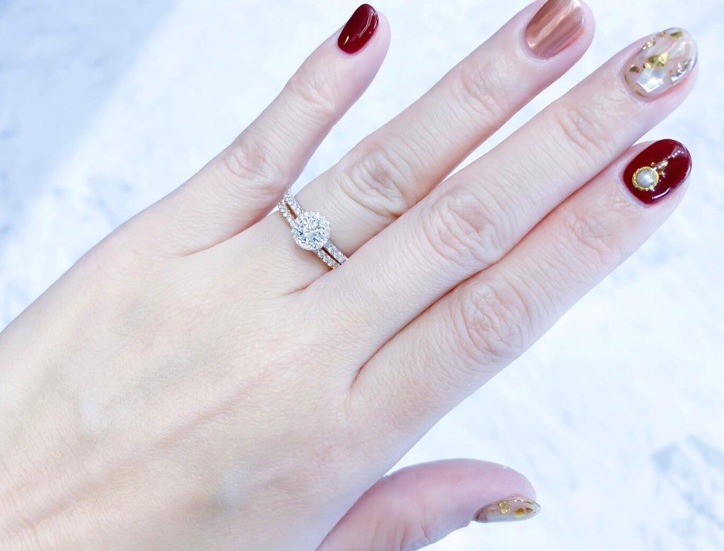 光環式鑲嵌鑽戒搭配玫瑰金線戒,色澤柔美,更添璀璨。(Photo by Natalie)