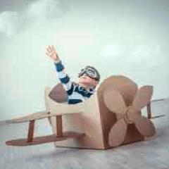 94 imagen niño en avión de carton