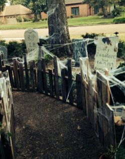 Scary Front Yard Halloween Decoration Ideas 27
