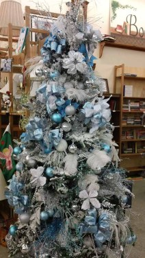 Amazing Silver And Blue Christmas Decoration Ideas For Christmas And New Year23
