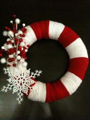 Colorful Christmas Wreaths Decoration Ideas For Your Front Door 17