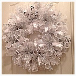 Colorful Christmas Wreaths Decoration Ideas For Your Front Door 19