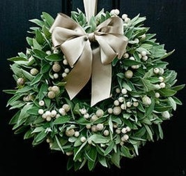 Colorful Christmas Wreaths Decoration Ideas For Your Front Door 22