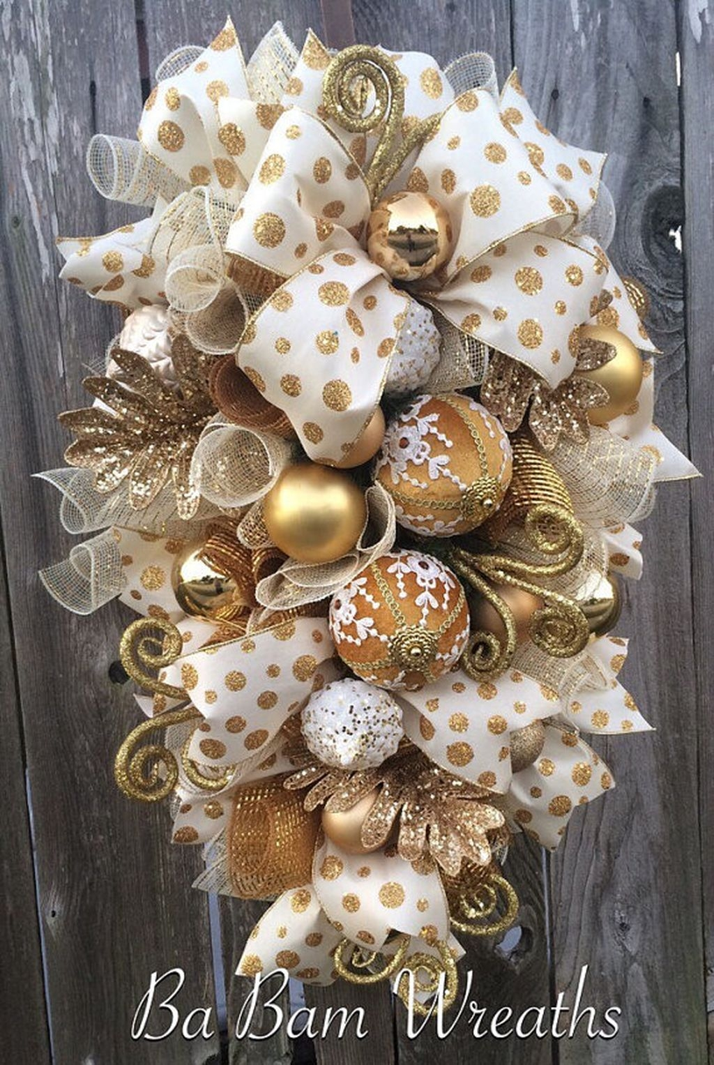 Colorful Christmas Wreaths Decoration Ideas For Your Front Door 33