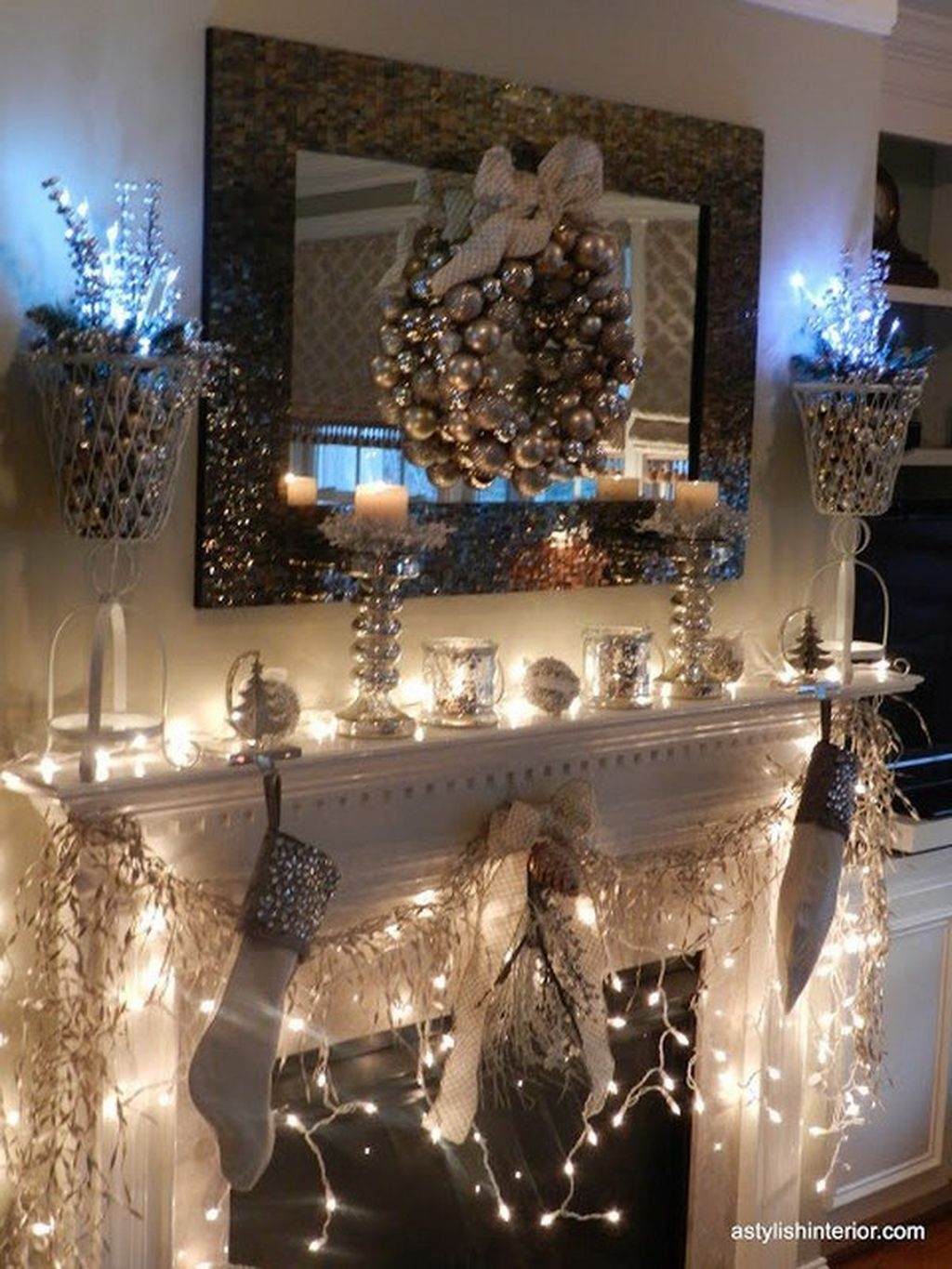 Cozy Fireplace Christmas Decoration Ideas To Makes Your Room Keep Warm36