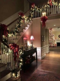 Welcoming And Cozy Christmas Entryway Decoration Ideas01