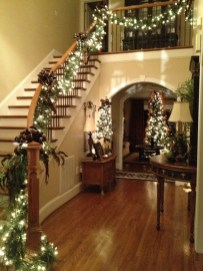 Welcoming And Cozy Christmas Entryway Decoration Ideas04