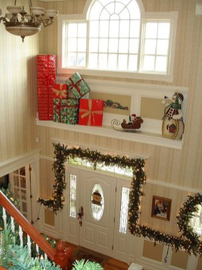 Welcoming And Cozy Christmas Entryway Decoration Ideas08