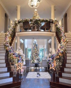 Welcoming And Cozy Christmas Entryway Decoration Ideas10