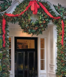 Welcoming And Cozy Christmas Entryway Decoration Ideas11