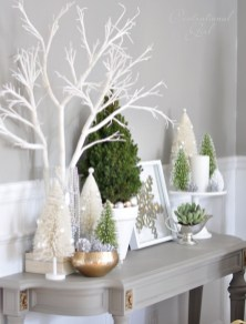Welcoming And Cozy Christmas Entryway Decoration Ideas14