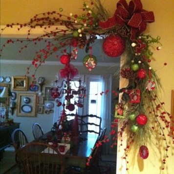 Welcoming And Cozy Christmas Entryway Decoration Ideas18