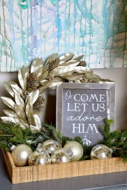 Welcoming And Cozy Christmas Entryway Decoration Ideas20
