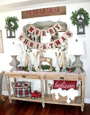 Welcoming And Cozy Christmas Entryway Decoration Ideas27