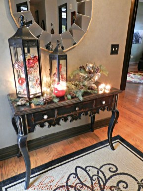 Welcoming And Cozy Christmas Entryway Decoration Ideas35