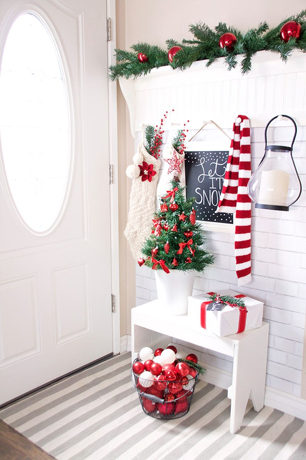 Welcoming And Cozy Christmas Entryway Decoration Ideas41