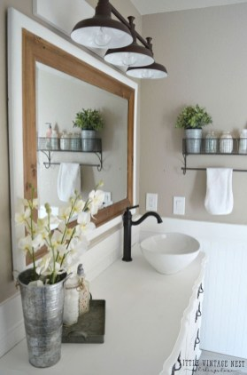 Cozy And Relaxing Farmhouse Bathroom Design Ideas25