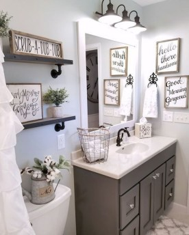 Cozy And Relaxing Farmhouse Bathroom Design Ideas34