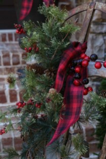 Cozy Plaid Decor Ideas For Christmas 42