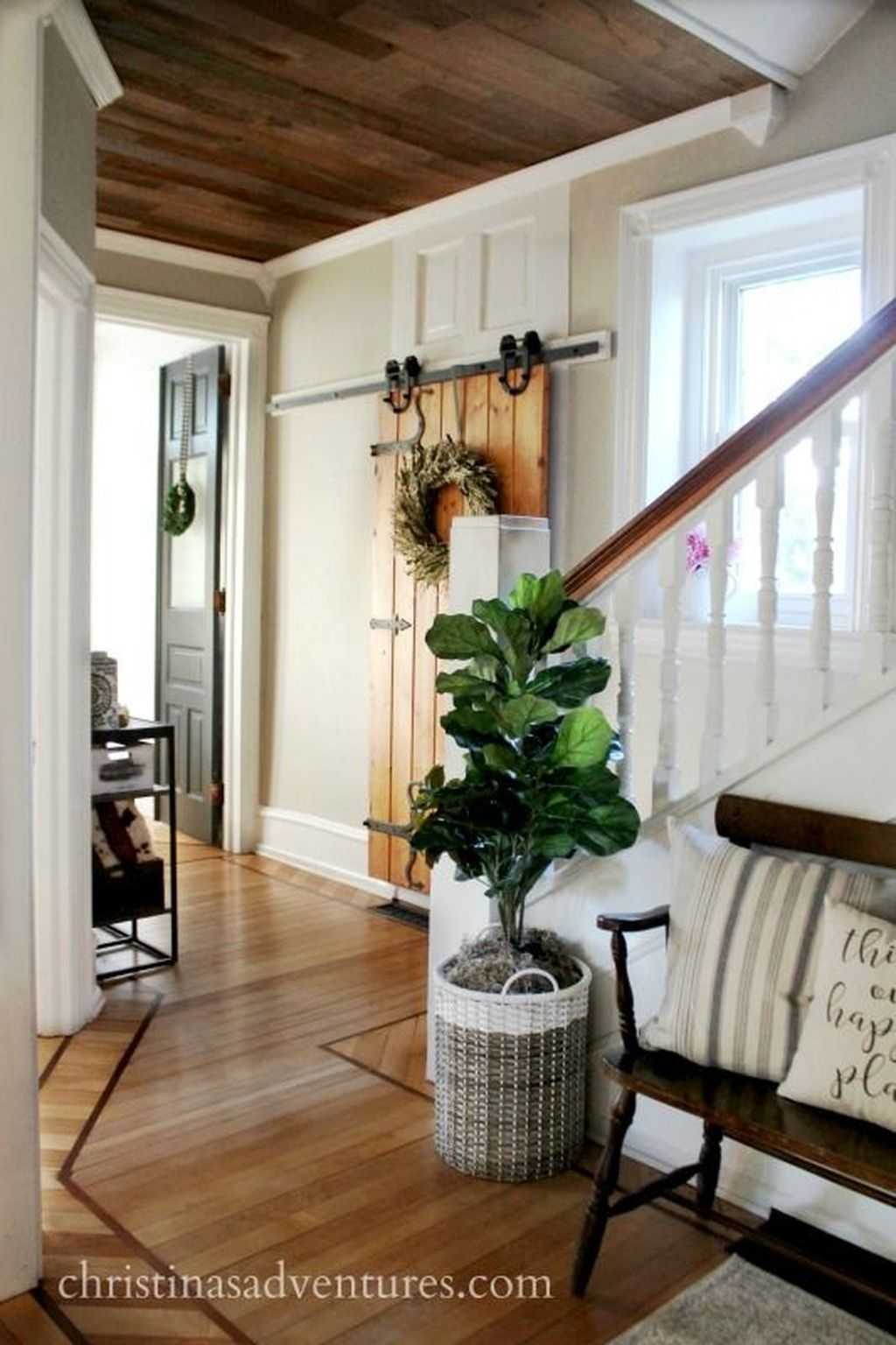 Adorable Farmhouse Entryway Decorating Ideas 21