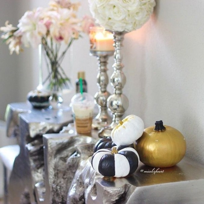 Stylish Console Table For Halloween Ideas 45