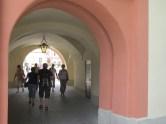 Durchgang vom Park der Blumeninsel Mainau zum Schlosspalais