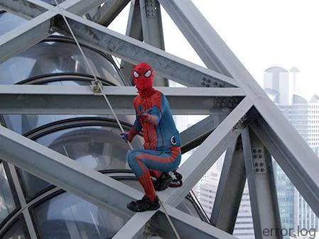 スパイダーマン、梅田スカイビルを登る