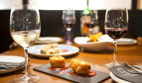 mesa y tapas, vino blanco y vino tinto, mediterraneo, restaurante, 9 Granados