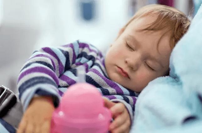 عدد ساعات النوم التي يحتاجها الطفل