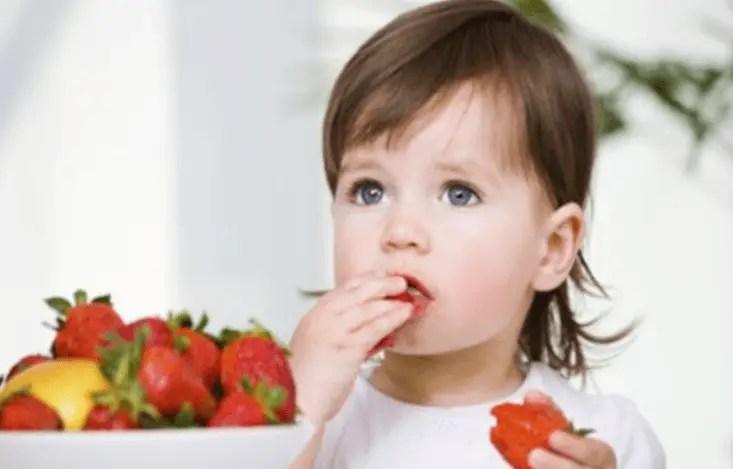 كيف أساعد طفلي على اكتساب العادات الغذائية السليمة؟