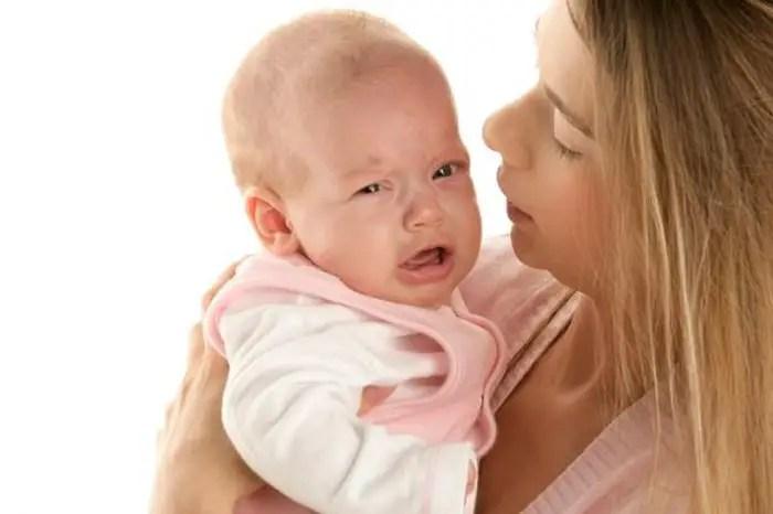 أسباب رجفة يد أو قدم الطفل الرضيع وهل يمثل ذلك خطورة عليه أم لا؟