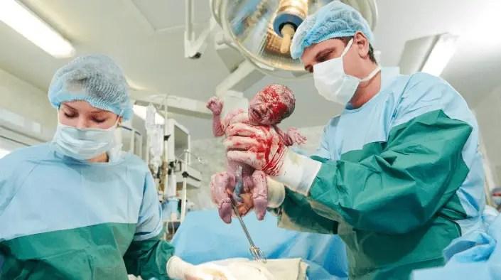 ماهي مخاطر الولادة القيصرية على الجنين؟